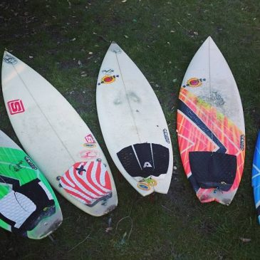 Had a couple sunny days now so thought I'd check out the damage in my shed and dug out this old quiver of surfboards from back in the days when I used to travel the world and surf good waves. Boards L-R Crump/sol life 5'11×18,1/4, Simon 5'11×18,1/8, Crump/sol life 5'10×18,3/4, Crump/sol life 5'9×18,3/4, Crump/sol life 5'5×19,1/4