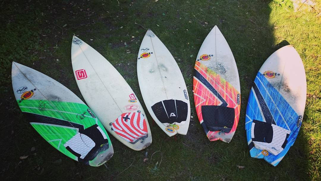 Had a couple sunny days now so thought I'd check out the damage in my shed and dug out this old quiver of surfboards from back in the days when I used to travel the world and surf good waves. Boards L-R Crump/sol life 5'11x18,1/4, Simon 5'11x18,1/8, Crump/sol life 5'10x18,3/4, Crump/sol life 5'9x18,3/4, Crump/sol life 5'5x19,1/4