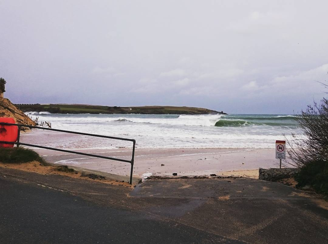 Some pretty rare conditions this morning turned out to be the perfect recipe for some classic waves at harlyn.