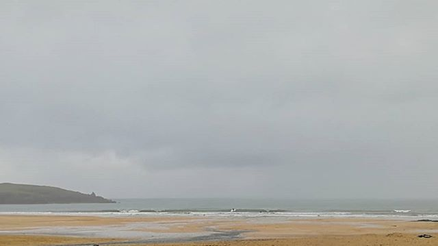 Wednesday #morning #surfcheck some super nice #longboard waves coming through at #harlyn Bay and looking really #sheltered from that blustery wet wind.