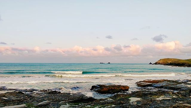 Early surf check 20/10/19 Classic autumn morning cold early but brightening up, a couple of feet of waves with a fresh and cold wind. #surfcheck #constantinebay #Cornwall #constantinebaysurfschool #cornwallsurf #surfcornwall #surfcoaching