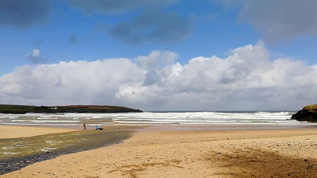 #surfcheck #cornwall it's bright windy & showering creating fluffy lumpy waves on the high tide. Smart money will be checking the mid tide.